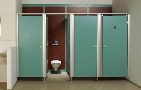 Jasa Instalasi Cubicle Toilet Alumunium untuk keperluan kantor